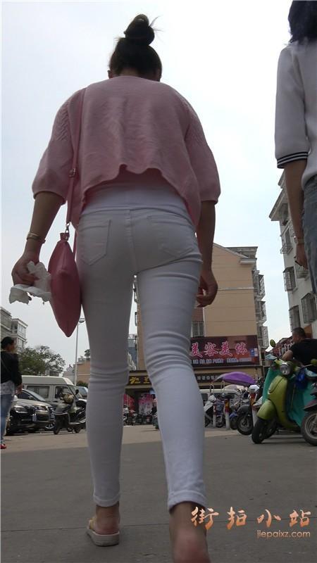 街拍紧身白裤粉衣丸子头小美女