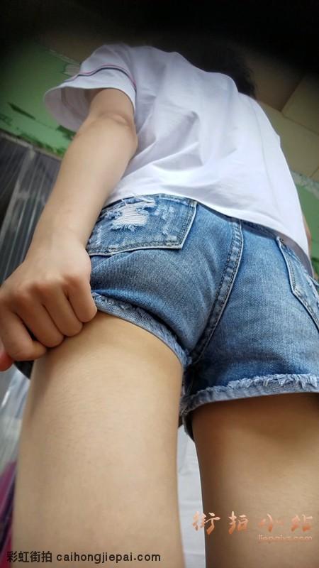 【已补档】清纯牛仔热裤白T恤美女,仰视角看着不错
