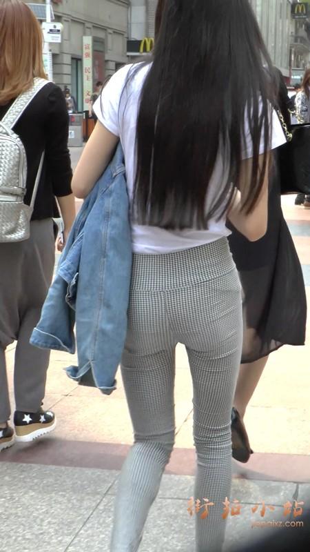 街拍格子紧身裤白T恤长发美女