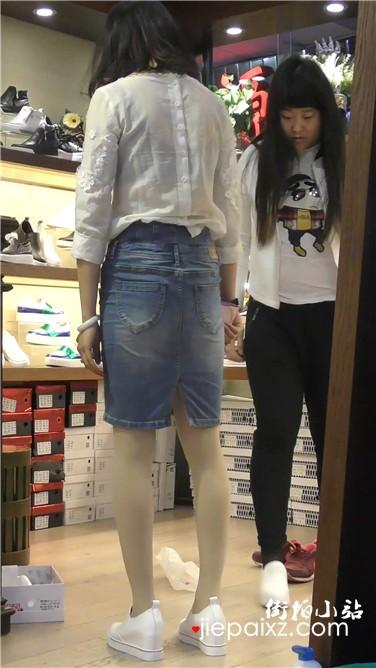 鞋店试鞋的漂亮美少妇,似乎有点纠结