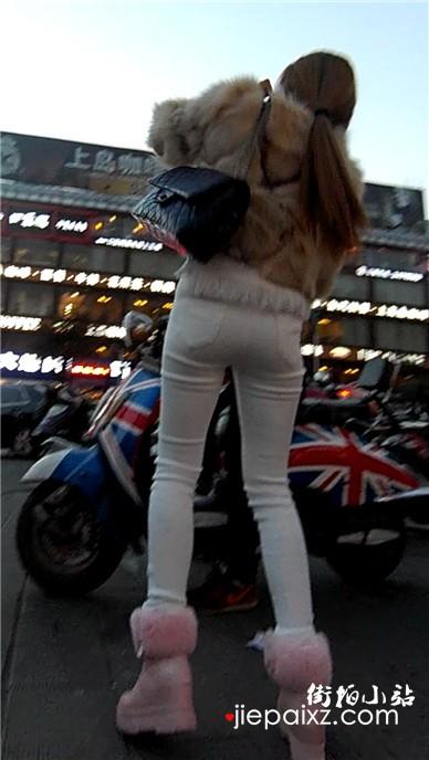 街拍长腿紧身白裤粉色毛毛鞋美眉