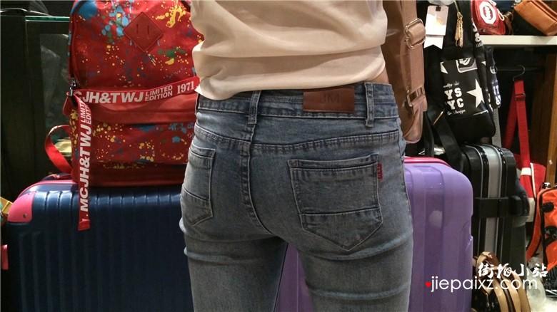 宽臀紧身蓝色牛仔裤美少妇买包