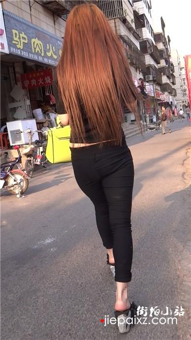 街拍紧身黑裤丰臀美女