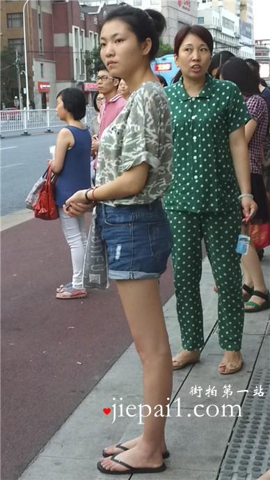 街拍等公交的人字拖美腿热裤青春少女