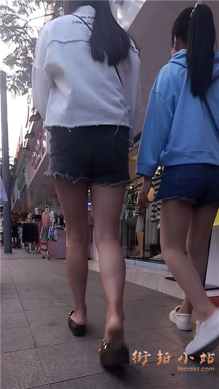 跟拍热裤白衣服学生妹