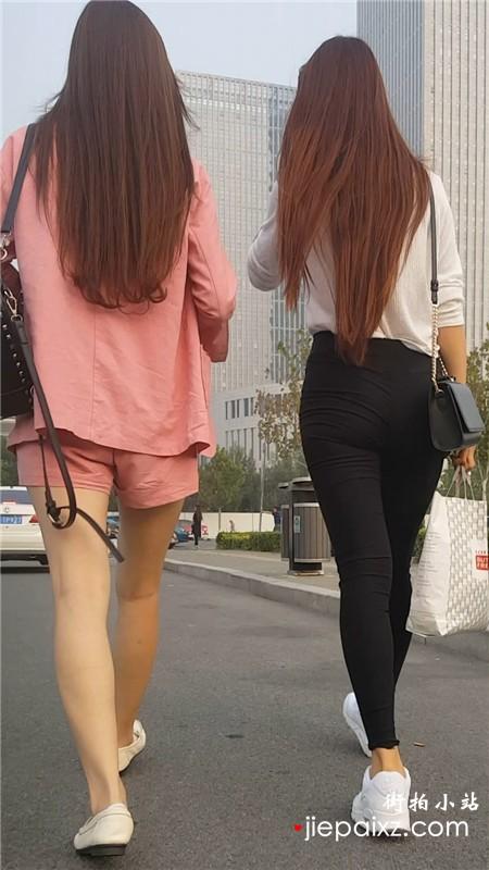 街拍标致身材的长发美女姐妹