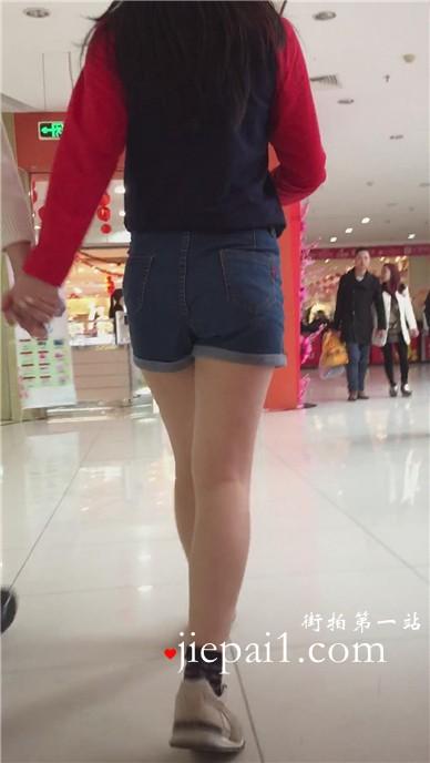 高腰紧身牛仔小热裤的小清新学生妹跟闺蜜逛街