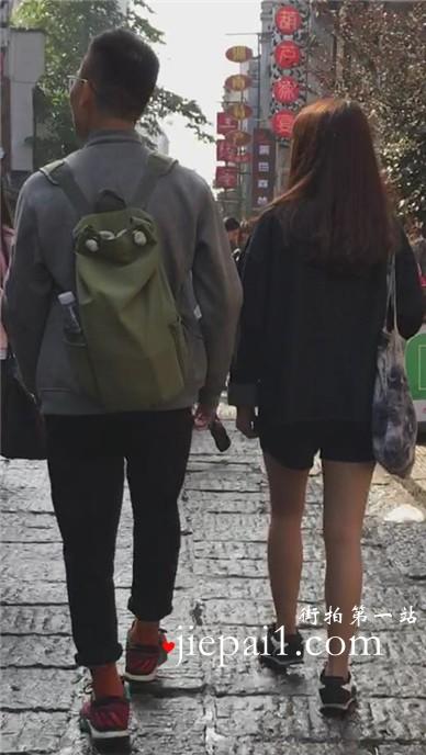 街拍肉丝袜美腿热裤美眉。