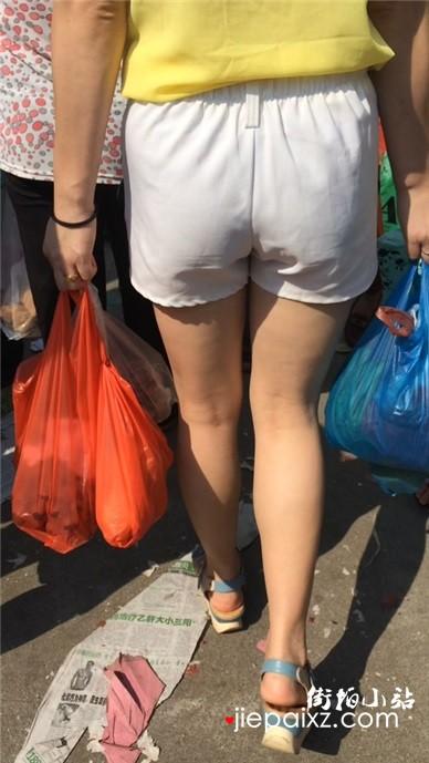 街头跟拍美臀白皙大腿美女