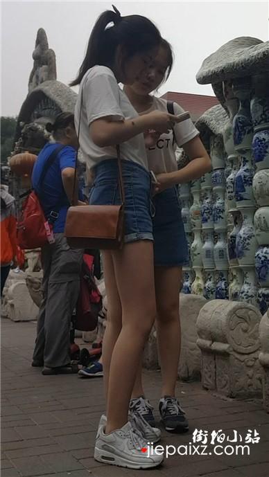 热裤小清新美眉姐妹