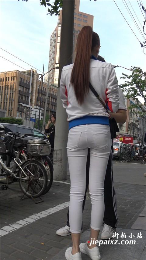 4K 清新脱俗街拍紧身白裤马尾辫姑娘