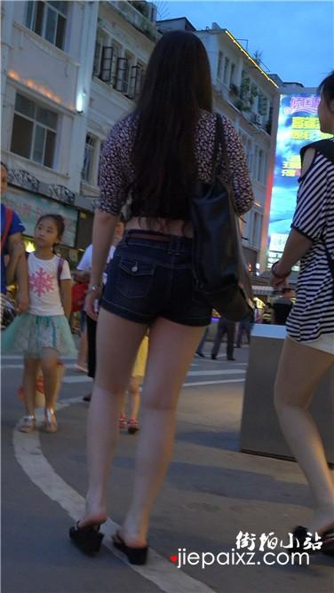 4k超清,跟拍热裤长腿漂亮美女,一双长长的大白腿。