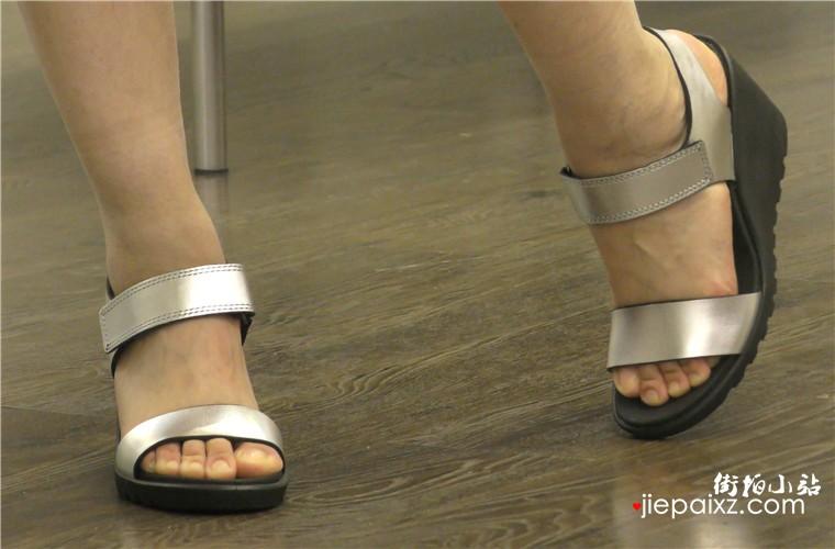 4k超清画质!身材丰腴的大咪咪少妇鞋垫试鞋,询问姐妹的意见很诚恳