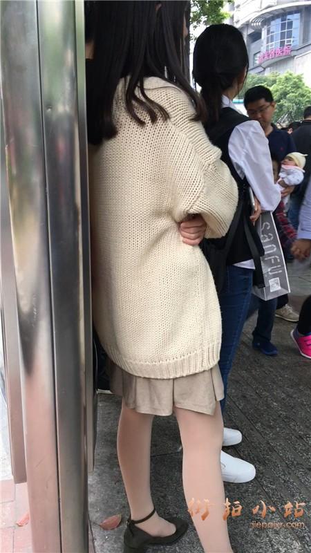 毛衣丝袜小清纯街拍美眉等公交