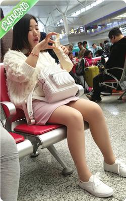 [打底裤] 4K视频!车站粉色短裙肉丝学生美眉-769MB