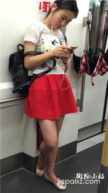 街拍地铁上听歌的红裙清纯颜值美女