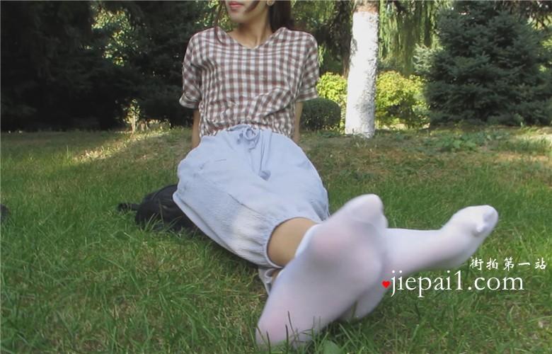 小岩女神公园草地上晒丝袜美足。