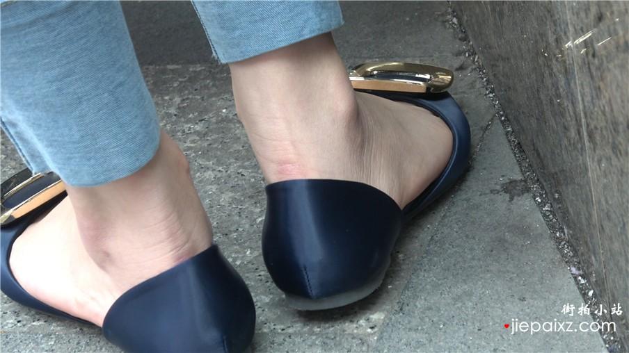 4k-紧身蓝色牛仔裤裸足秀丽街拍美女