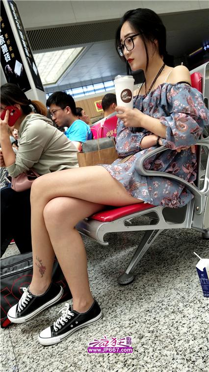 4K视频!火车站候车的碎花连衣短裙极品白腿美眉-700MB