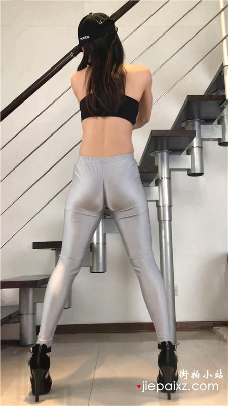 银白色皮裤长腿翘臀模拍美女热舞