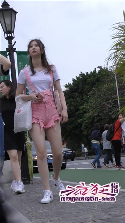 [王的女人] [4k超清]街拍调皮的粉红小吊带热裤MM[868M]