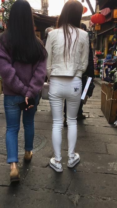 [牛仔小狼] 街拍白色紧身裤翘臀美眉[762M] 编号:C017