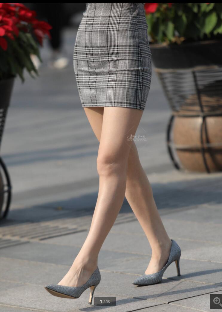 姑娘的连体衣好街拍高跟鞋搭配的不错,这样的大长腿看着很美