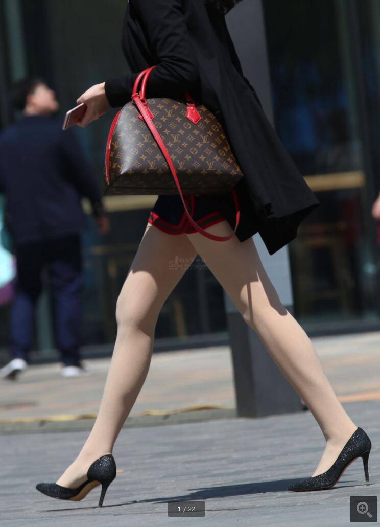 北京车展中午的休息遇到的礼仪美腿