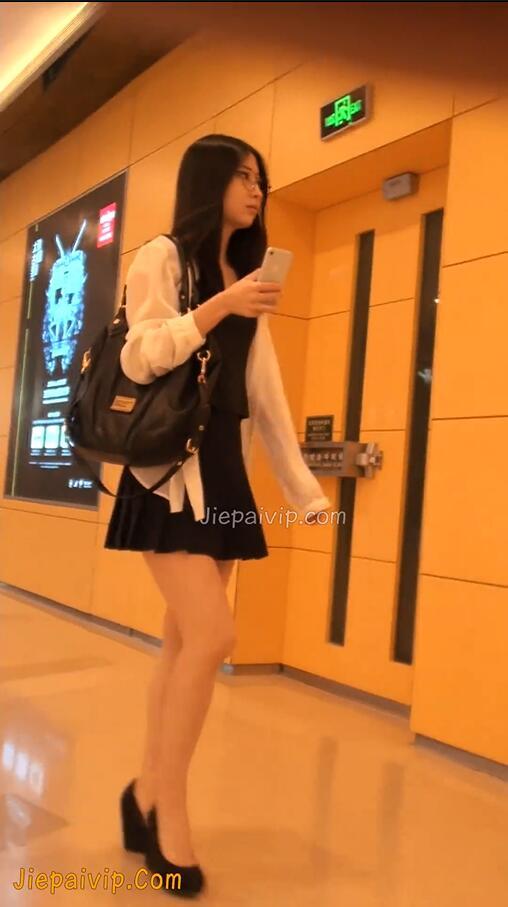 街拍裙底内裤_海阔天空/街拍优选-28季-09-大长腿百褶裙眼镜美女-x8cc.net