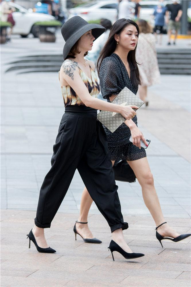 俊风摄影+身材气质不错的黑街拍高跟S妇
